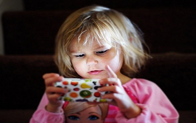 4 Harmful Effects of Mobile Phone on Kids